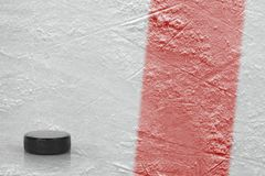 Duende malicioso y fragmento de la arena del hielo con una línea roja Imagenes de archivo