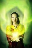 Duende o bruja de la mujer joven que hace magia Foto de archivo