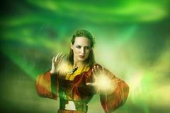Duende o bruja de la mujer joven que hace magia. Imagenes de archivo