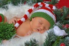 Duende recién nacido dulce de Navidad en decoraciones Fotos de archivo libres de regalías