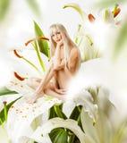 Duende 'sexy' bonito da mulher nas flores foto de stock royalty free
