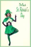 Duende verde engraçado que mostra texto em patrickdo st do 17 de março Fotos de Stock Royalty Free