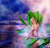 Duendecillo atractivo hermoso de la mujer en las hojas Imagen de archivo