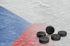 Duendes maliciosos de hockey y la imagen de la bandera checa en el hielo Fotos de archivo libres de regalías