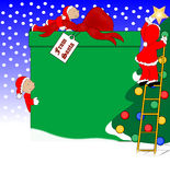 Duendes que decoram para o Natal Fotos de Stock Royalty Free