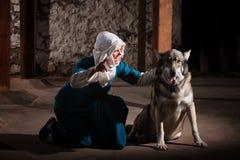 Monja que habla con el perro Imagen de archivo libre de regalías