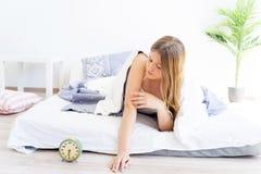 Duermen más de la cuenta a la muchacha Imágenes de archivo libres de regalías
