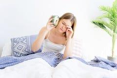 Duermen más de la cuenta a la muchacha Foto de archivo