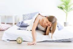 Duermen más de la cuenta a la muchacha Fotos de archivo libres de regalías