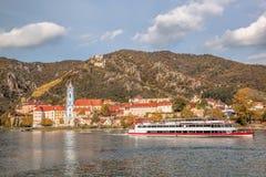 DUERNSTEIN城堡和村庄有小船的在多瑙河在奥地利 免版税库存图片