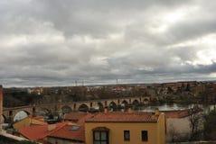 Duero flod och stenbro från Pizarro 'gatasynvinkel, Zamora, Spanien arkivbilder