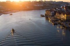 Duero-Fluss bei Sonnenuntergang, Ansicht von der Brücke Dom Luis I, Porto Stockbilder