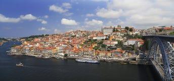 Duero-Fluss mit der Stadt von Porto-Skylinen und von alten D Brücke D Stockfoto