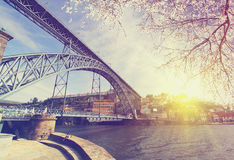Duero-Flussufer mit der Dom Luiz-Brücke am Frühling, Porto, Portugal Lizenzfreies Stockbild