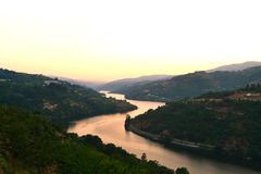 Duero River Valley auf Sonnenuntergang Lizenzfreie Stockfotos