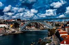 Duero rzeka w Porto, przegapia Ponti Di Przywdziewający Luiz Przerzucam most Portugalia zdjęcia stock
