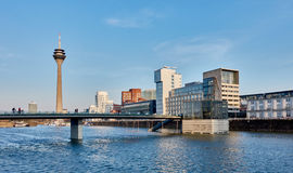 DUESSELDORF, ΓΕΡΜΑΝΙΑ - 27 ΦΕΒΡΟΥΑΡΊΟΥ 2016: άποψη σχετικά με τον TV-πύργο, τη μαρίνα και τα διάσημα κτήρια στο νέο λιμάνι μέσων Στοκ Εικόνα