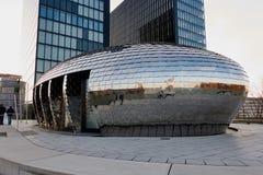 DUESSELDORF, ΓΕΡΜΑΝΙΑ - 27 ΦΕΒΡΟΥΑΡΊΟΥ 2016: Διάσημο κτήριο αυγών χρωμίου στο λιμάνι MEDIA Duesseldorf με το νέο πύργο ξενοδοχείω Στοκ Εικόνες