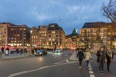 DUESSELDORF, ГЕРМАНИЯ - 28-ОЕ НОЯБРЯ 2017: Pedestrants Unidentifeied заселяют загоренную зону в конце известного Koenigsalle стоковая фотография