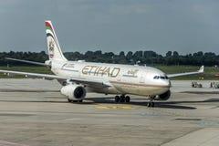 Duesseldorf ALEMANHA 03 09 Avião 2017 de Etihad Airways na segundo-grande linha aérea do aeroporto, de Emiratos Árabes Unidos Imagens de Stock