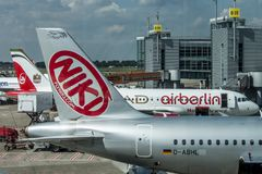 DUESSELDORF, ALEMANIA - 03 09 2017 aviones de Niki Airlines Airberlin partner en el aeropuerto Fotografía de archivo libre de regalías
