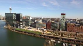 Duesseldorf, Alemania - 6 de abril de 2018: El volar sobre el medios puerto de Düsseldorf en Alemania - Europa metrajes
