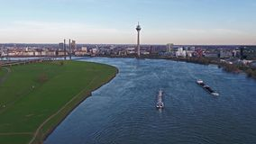 Duesseldorf, Alemania - 6 de abril de 2018: Transporte el buque Ariane que entrega la grava en el río el Rin por Duesseldorf almacen de metraje de vídeo