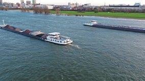 Duesseldorf, Alemania - 6 de abril de 2018: Transporte el buque Elmaro que entrega el carbón en el río el Rin por Duesseldorf almacen de metraje de vídeo