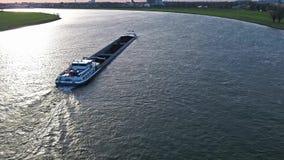 Duesseldorf, Alemania - 6 de abril de 2018: Transporte el duende del buque que entrega el carbón en el río el Rin por Duesseldorf almacen de video