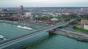 Duesseldorf, Alemania - 6 de abril de 2018: Vista aérea de la travesía del puente de José-Beuys-Ufer y de Oberkasseler almacen de video