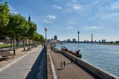 DUESSELDORF, ALEMANIA - 17 DE AGOSTO DE 2016: La 'promenade' del Rin con su avenida plana invita para un paseo sombreado con a Imagenes de archivo