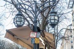 DUESSELDORF, ALEMANIA - 12 DE MARZO DE 2017: Las linternas viejas del gas en Koenigsalle llevan bulbos eléctricos modernos Foto de archivo libre de regalías