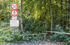 Duesseldorf, Alemania - 5 de octubre de 2017: Firme la advertencia de la anemia equina infecciosa EIA Traducción: Equino Fotos de archivo