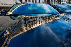 Duesseldorf, ALLEMAGNE - 25 février 2019 : Les bâtiments de fascade se reflètent dans le capot bleu profond d'une voiture de spor image stock