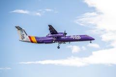 Duesseldorf, Allemagne - 5 octobre 2017 : Atterrissage Q400 du tiret 8 de Flybe Bombadier à l'aéroport de Dusseldorf Photos libres de droits