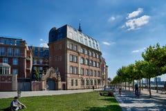 DUESSELDORF, DEUTSCHLAND - 17. AUGUST 2016: Die Rhein-Promenade führt historische Gebäude und liefert eine szenische Flussansicht Lizenzfreies Stockbild