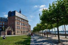 DUESSELDORF, DEUTSCHLAND - 17. AUGUST 2016: Die Rhein-Promenade führt historische Gebäude und liefert eine szenische Flussansicht Stockfotografie
