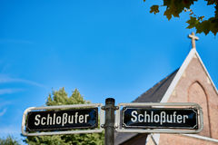 DUESSELDORF, DEUTSCHLAND - 17. AUGUST 2016: Die Schlossufer-Adresse wird auf einem doppelten Straßenschild an der Rhein-Promenade Lizenzfreie Stockbilder