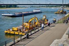 DUESSELDORF, DEUTSCHLAND - 17. AUGUST 2016: Ein Bagger funktioniert am Kai von Fluss Rhein entlang der Rhein-Promenade Stockbilder