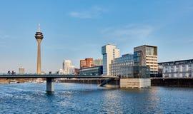 DUESSELDORF, DEUTSCHLAND - 27. FEBRUAR 2016: Ansicht über Fernsehen-Turm, Jachthafen und berühmte Gebäude am neuen Medienhafen vo Stockbild