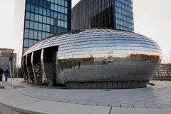DUESSELDORF, DEUTSCHLAND - 27. FEBRUAR 2016: Berühmtes Chrome-Eigebäude in Duesseldorf-Medien beherbergten mit neuem Hotelturm he Stockbilder