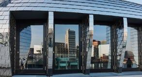 DUESSELDORF, DEUTSCHLAND - 27. FEBRUAR 2016: Skyline des Duesseldorf-Medien-Hafens reflektieren sich freundlich in den Glasvorder Stockbilder