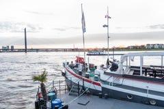 DUESSELDORF, DEUTSCHLAND - 12. MÄRZ 2017: Ein historisches Restaurantschiff an der Rhein-Promenade wartet auf das Erhalten vorber Stockfotografie
