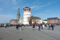 DUESSELDORF, DEUTSCHLAND - 12. MÄRZ 2017: Nicht identifizierte pedestrants, die eine Piazza in dem Fluss Rhein kreuzen Stockfotos
