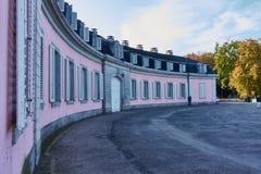 DUESSELDORF, DEUTSCHLAND - 11. OKTOBER 2015: Führen Sie Ansicht über einen Seitenflügel des Schlosses von Benrath mit seinem stie Lizenzfreie Stockfotos