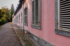 DUESSELDORF, DEUTSCHLAND - 11. OKTOBER 2015: Führen Sie Ansicht über Seitenflügel des Schlosses von Benrath mit alten Fensterfens Lizenzfreie Stockbilder