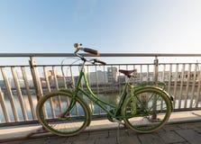 DUESSELDORF, DUITSLAND - JANUARI 20, 2017: Een groene bycicle leunt op de leuning in de Nieuwe Media Haven Stock Fotografie