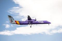 Duesseldorf, Duitsland - Oktober 05 2017: Streepje van Flybe Bombadier 8 die Q400 bij de Luchthaven van Dusseldorf landen Stock Fotografie