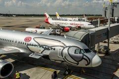 DUESSELDORF, DUITSLAND - 03 09 2017 vliegtuigen van de Niki Airlines Airberlin-partner bij de luchthaven Stock Foto