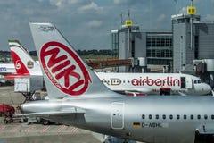 DUESSELDORF, DUITSLAND - 03 09 2017 vliegtuigen van de Niki Airlines Airberlin-partner bij de luchthaven royalty-vrije stock fotografie